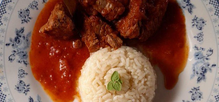 Μοσχαράκι κοκκινιστό με ρύζι πιλάφι