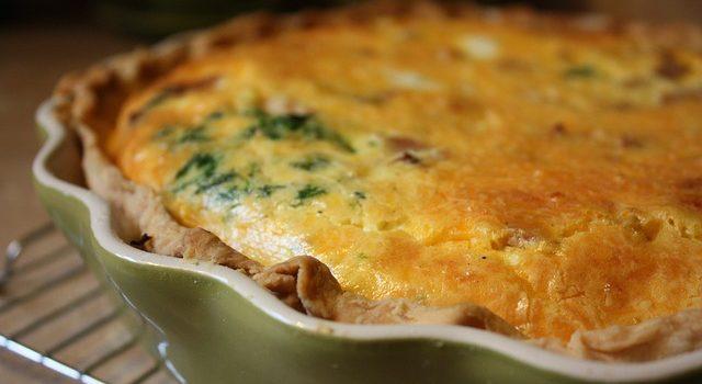 Πίτα ανοιχτή με αγκινάρες, γιαχνερά χόρτα, χόντρο αλεσμένο & σύγλινο Κρήτης