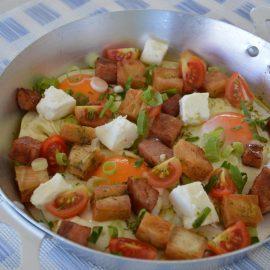 Αυγά με στακοβούτυρο καπνιστό χοιρινό, τραγανή πίτα και φέτα