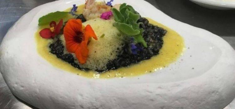 Ριζότο με μελάνι σουπιάς καραβίδες κουλί κίτρινης πιπεριάς και αφρό κίτρινης πιπεριάς