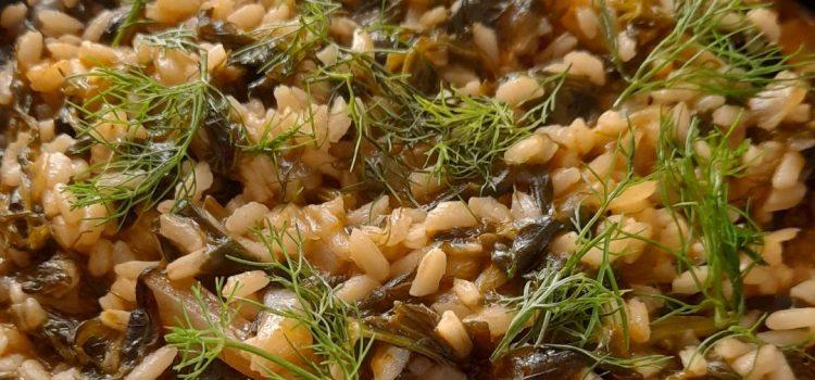 Σπανακόρυζο με καυκαλήθρες, τσουκνίδα, μυρώνια και μάραθο