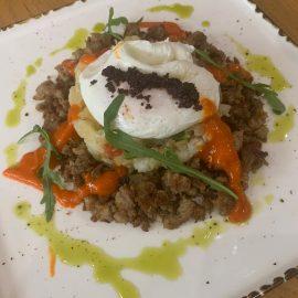 Πατατοσαλάτα με οφτή πατάτα, λουκάνικο ξιδάτο Κρήτης, αυγό ποσέ, λάδι αρωματικών, σκόνη Ντάκου από χαρούπι με ελιά και μαρμελάδα τομάτας
