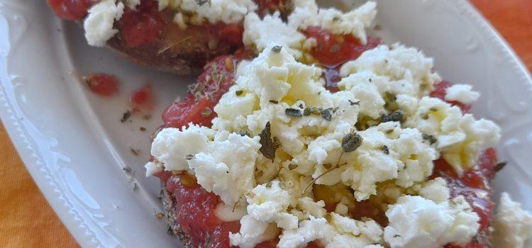 Ντάκος με ντομάτα και ξινομυζήθρα (ή Κουκουβάγια)