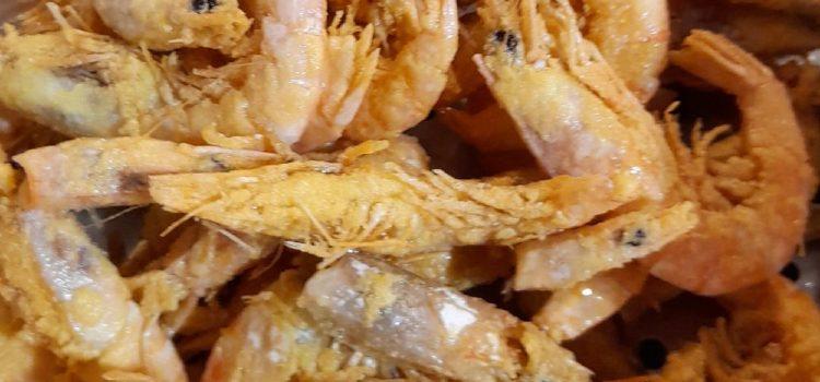 Γαρίδες γάμπαρη τηγανιτές με καλαμποκάλευρο.