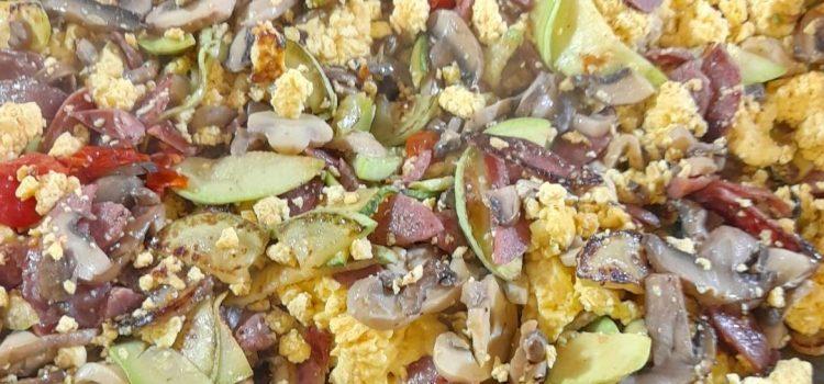 Αυγά χτυπητά με λουκάνικο ,ξινομυζήθρα Κρήτης, και λαχανικά.